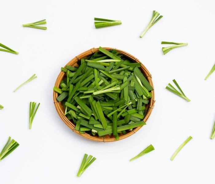 Lá hẹ có chứa nhiều vitamin và khoáng chất cần thiết cho cơ thể
