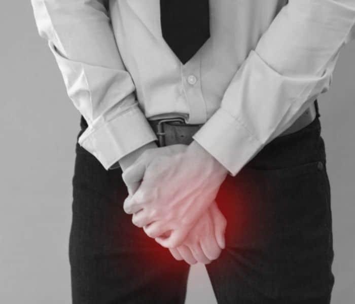 Tiểu buốt khiến nam giới vùng kín như đau buốt, cảm giác như có kim châm mỗi khi đi tiểu