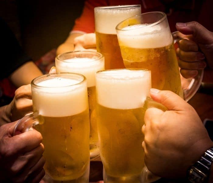 Thường xuyên sử dụng rượu, bia, chất kích thích cũng là nguyên nhân dẫn tới tiểu không tự chủ