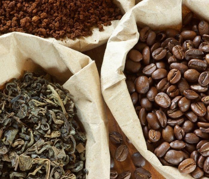Trà và cafe có chứa cafein làm trầm trọng hơn tình trạng tiểu buốt