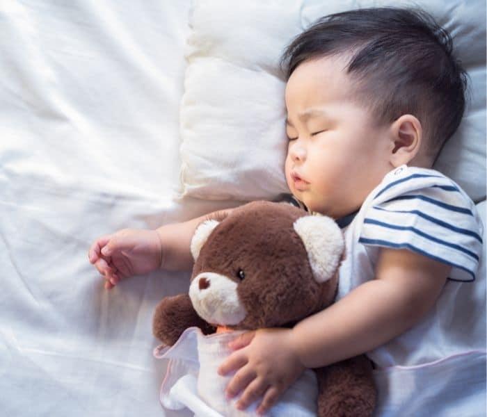 Khi ngủ quá say trẻ sẽ không biết được mình có cảm giác buồn tiểu và dẫn tới đái dầm
