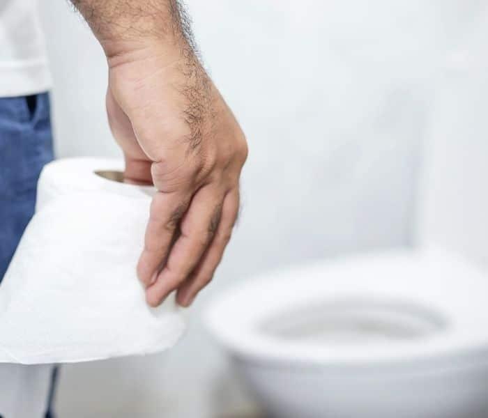 Táo bón là một trong những lý do gây ra đái dầm ở cả người lớn và trẻ em