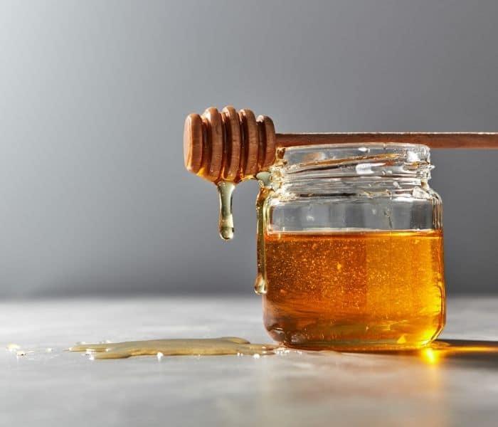 Mật ong có tính hút ẩm, giữ lại độ ẩm và chất lỏng tốt vì vậy giúp giảm tình trạng đái dầm ở trẻ nhỏ
