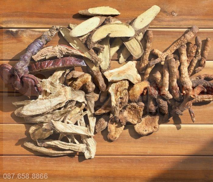 Các bài thuốc đông y là sự kết hợp của nhiều thảo dược với nhau sắc thành thuốc uống