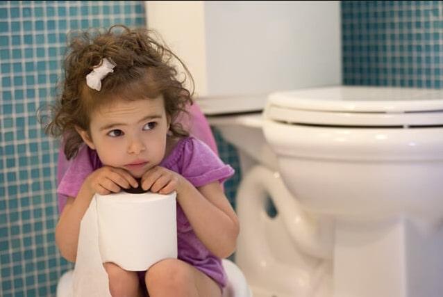 Trẻ bị tiểu nhiều lần không nên ăn hoa quả chứa nhiều axit