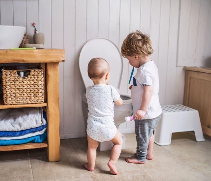 Rèn cho trẻ đi vệ sinh đúng giờ, không nhịn tiểu