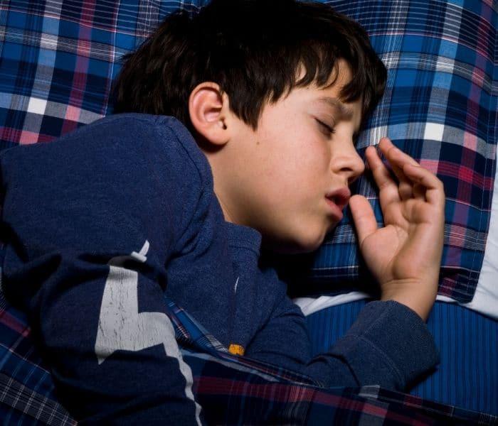 Trẻ ngủ quá sâu giấc vào ban đêm khiến bàng quang bị mất tự chủ dẫn đến đái dầm