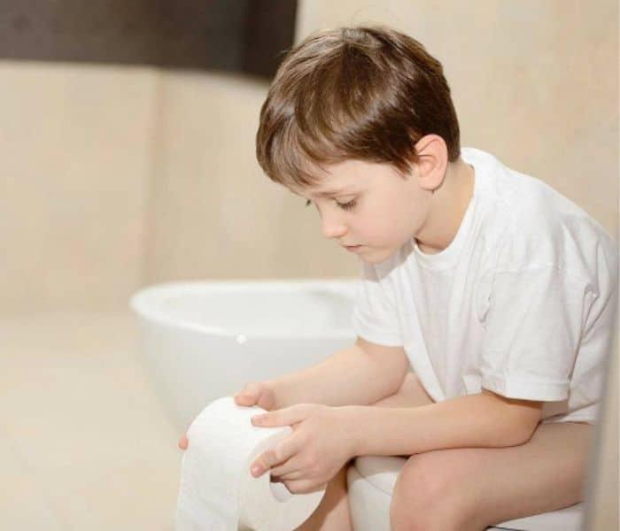 Táo bón gây chèn ép bàng quang cũng là nguyên nhân khiến trẻ bị đái dầm