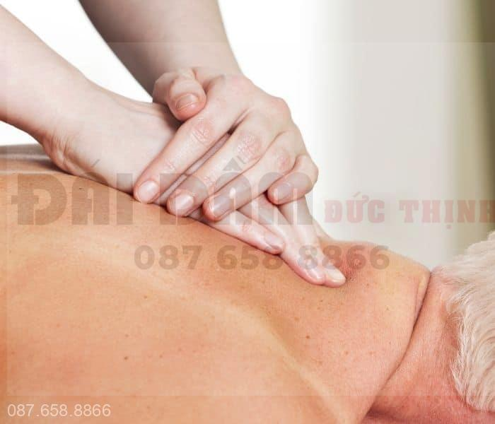 Dùng ngón tay bấm các huyệt từ 3-5 phút và dùng lòng bàn tay xoa nhẹ nhàng
