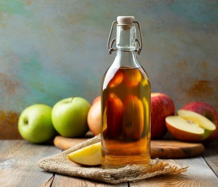 Cho bé dùng giấm táo pha loãng với nước ấm và mật ong từ 1-2 lần mỗi ngày trong bữa ăn