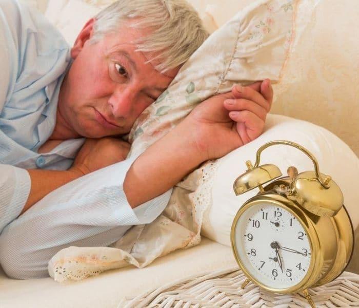 Tuổi cao chức năng thận suy giảm, kiểm soát bàng quang kém, gây ra tiểu đêm nhiều lần