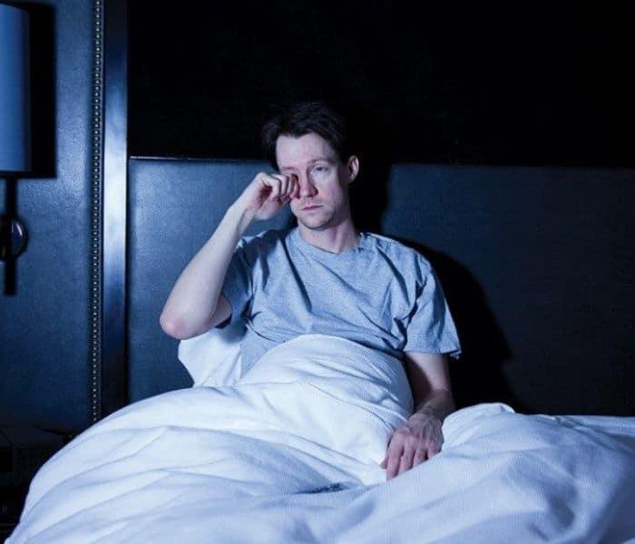 Tiểu đêm nhiều lần khiến người bệnh phải tỉnh dậy nhiều lần giữa đêm, gây mất ngủ