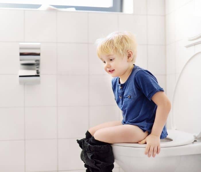 Trẻ em lâu ngày không đi đại tiện là một trong những nguyên nhân khiến trẻ khó tiểu