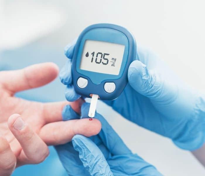 Lượng đường trong máu dư thừa là một trong những nguyên nhân gây đi tiểu nhiều lần