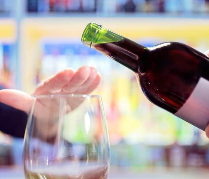 Hạn chế rượu, bia, trà, cafe, các chất kích thích vào buổi tối