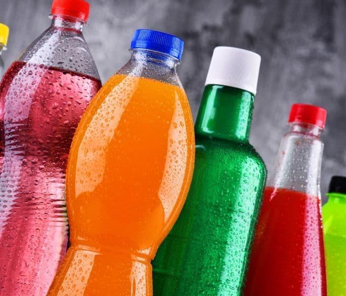 Sử dụng đồ uống có chứa chất kích thích như rượu, bia, trà, cafe, đồ uống có gas khiến bạn đi tiểu nhiều