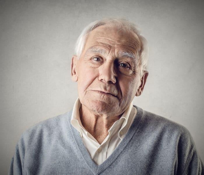 Người già mất ngủ là một trong những nguyên nhân gây ra tiểu đêm