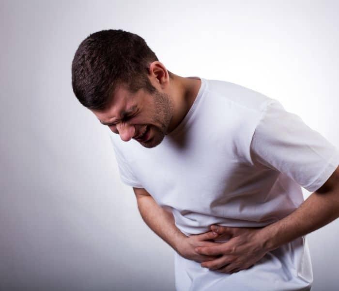 Đau bụng, đi tiểu buốt rát, đau vùng kín khi quan hệ là những triệu chứng điển hình