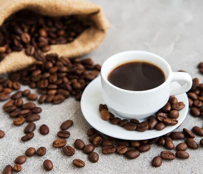 Người cao tuổi uống nhiều cafe, trà trước khi đi ngủ làm tăng nguy cơ đi tiểu đêm nhiều lần