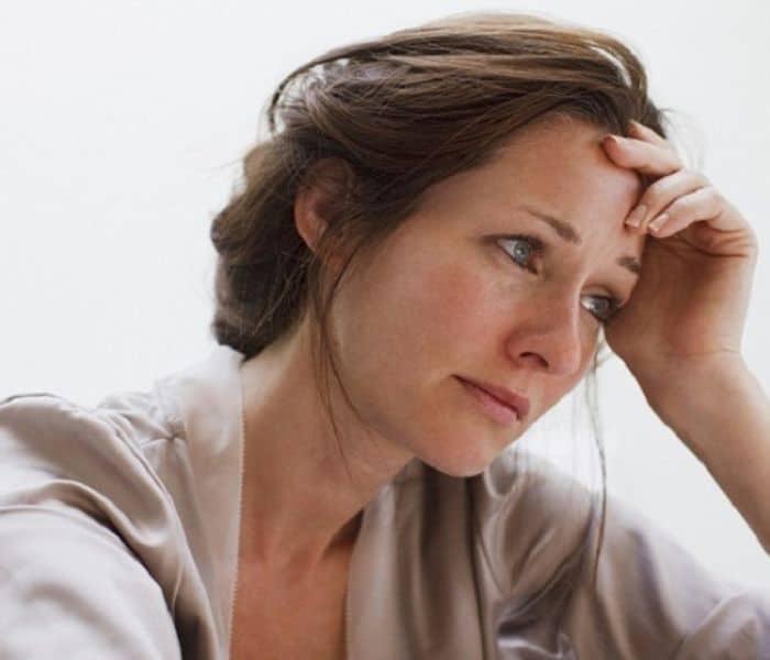 Suy giảm estrogen là một trong những nguyên nhân gây ra tiểu không tự chủ ở phụ nữ mãn kinh