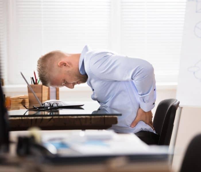 Đau lưng gây ra nhiều đau đớn cho người bệnh, tiểu đêm nhiều lần ảnh hưởng tới giấc ngủ