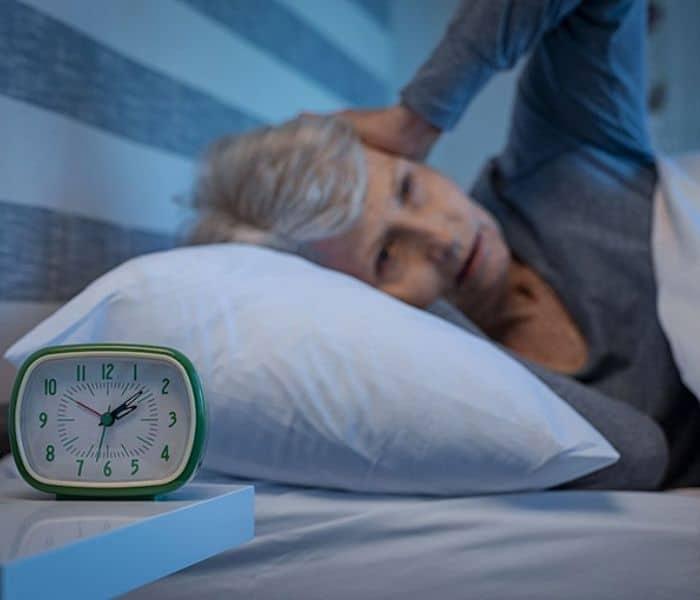 Tiểu đêm đánh thức giấc ngủ ngon, gây mất ngủ ở người cao tuổi
