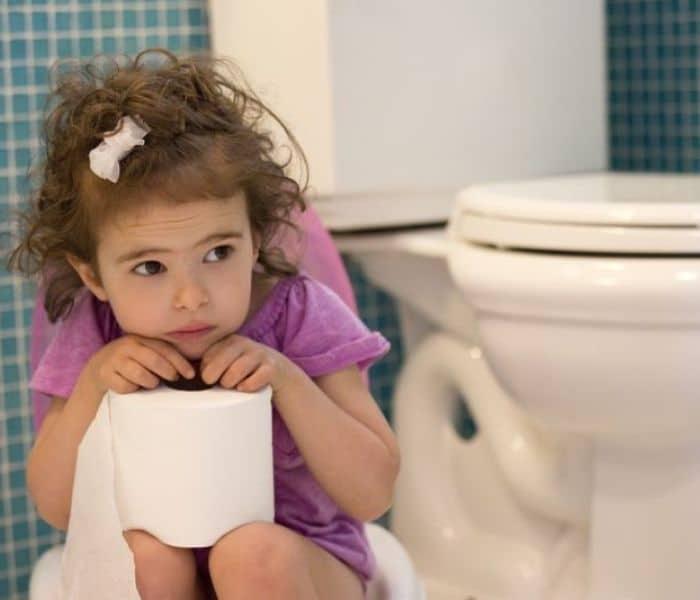 Trẻ nhỏ đi tiểu nhiều hơn 8 lần mỗi ngày là tình trạng đi tiểu nhiều lần