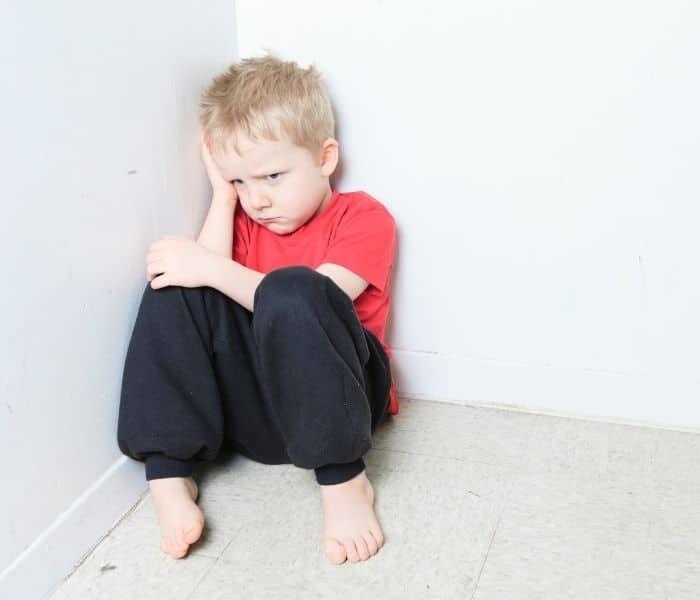 Tâm lý của trẻ bị ảnh hưởng, trẻ sống khép kín, ngại tiếp xúc và lâu dần có thể dẫn đến trầm cảm