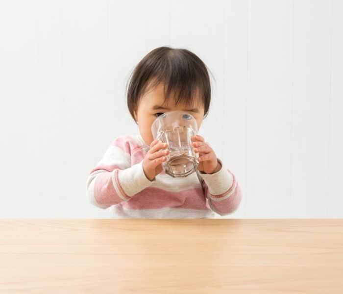 Cho trẻ uống đủ 2 lít nước mỗi ngày bao gồm: nước lọc, sữa, nước canh, nước trái cây nguyên chất