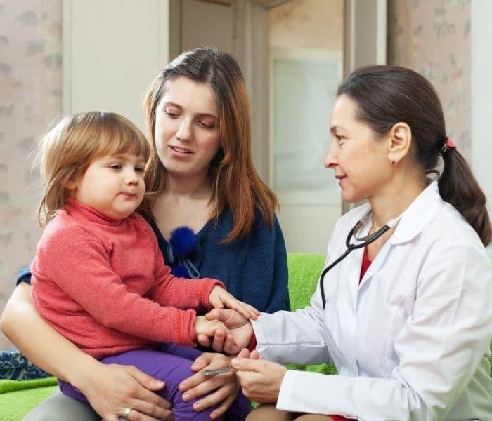 Đưa trẻ đi khám để xác định rõ nguyên nhân gây ra tiểu buốt