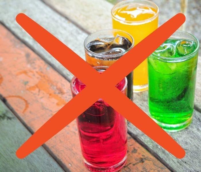 Hạn chế tối đa cho trẻ uống nước ngọt, đồ uống có gas để giảm kích thích bàng quang