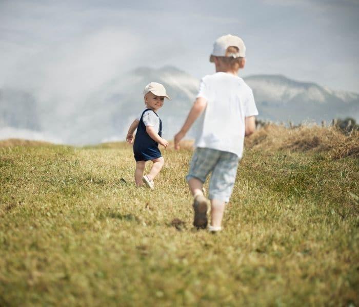 Khuyến khích trẻ vận động, tập thể dục mỗi ngày cũng như động viên, tâm sự giúp trẻ giải tỏa căng thẳng