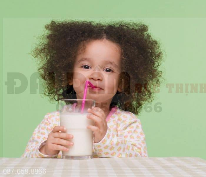 Trẻ 3 tuổi uống nhiều sữa, nước gây ra tình trạng tiểu nhiều lần