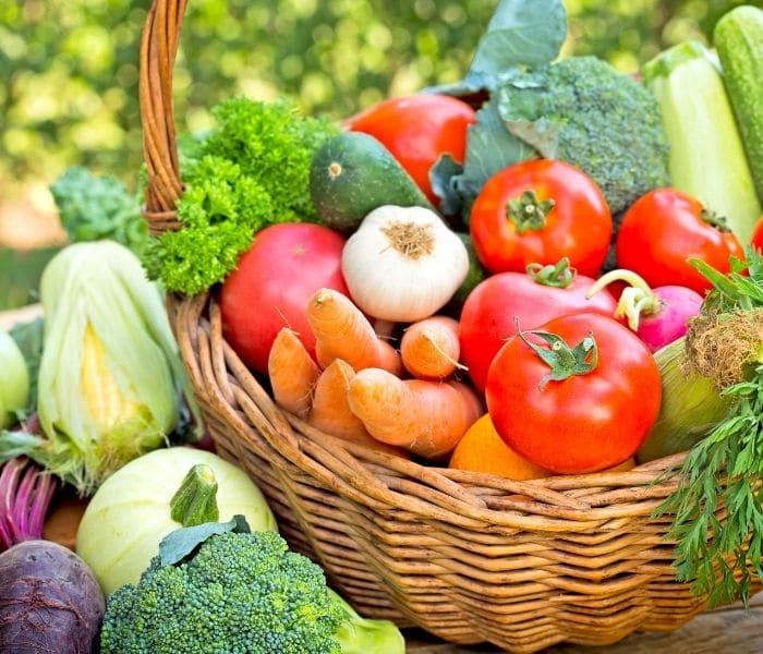 Xây dựng cho trẻ chế độ ăn nhiều rau xanh, trái cây tươi, tránh các đồ ăn có tính axit cao
