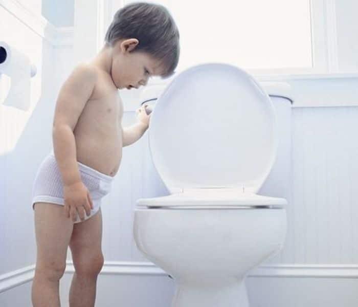 Trẻ 5 tuổi đi tiểu nhiều hơn 7 lần ban ngày và hơn 2 lần ban đêm được coi là đi tiểu nhiều lần