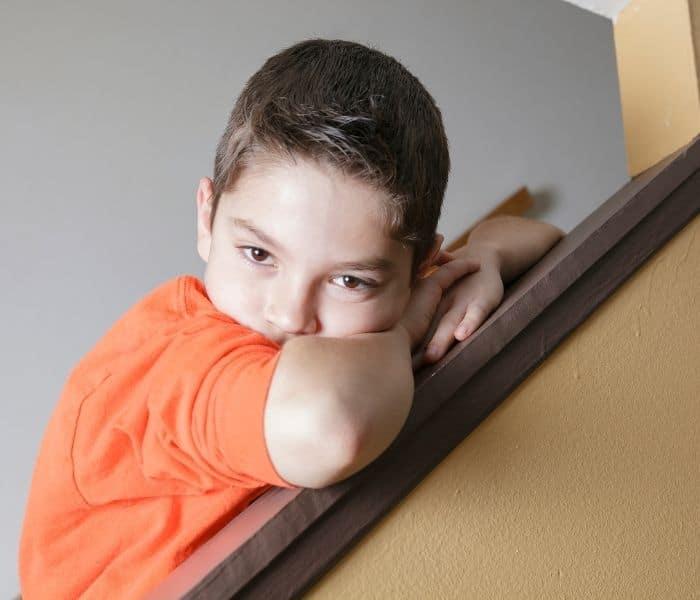 Trẻ 5 tuổi đi tiểu nhiều lần khiến trẻ xấu hổ, ngại vui đùa với bạn bè và làm tăng nguy cơ trầm cảm