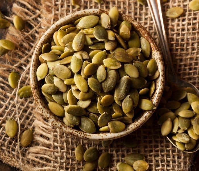 Hạt bí ngô có tác dụng giảm thể tích nước tiểu tồn dư, hạn chế số lần đi tiểu