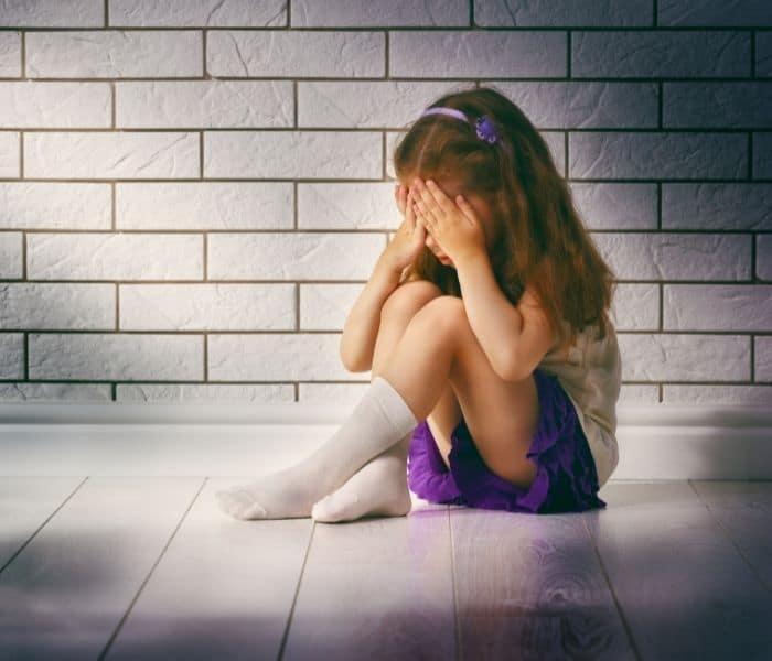 Trẻ bị căng thẳng, sợ hãi khiến hệ thần kinh có thể bị kích thích gây ra đi tiểu nhiều lần
