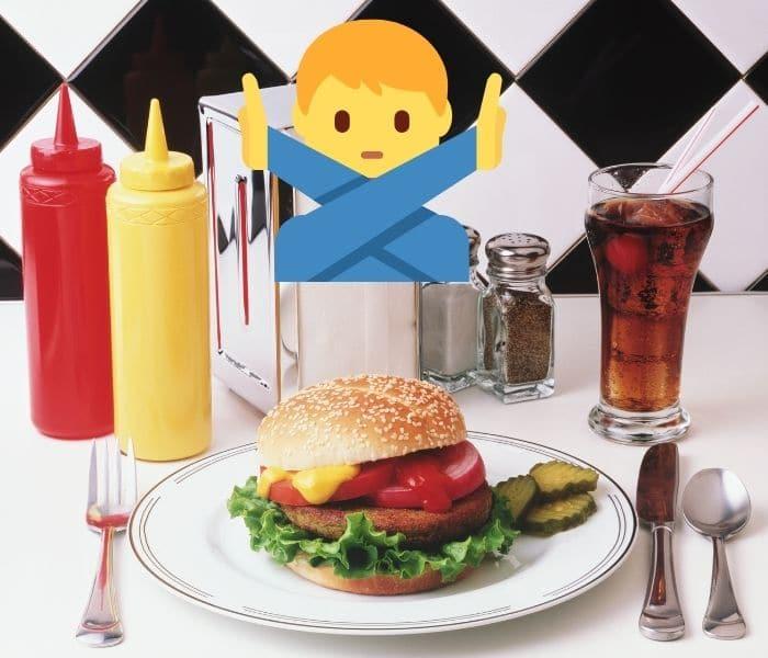 Hạn chế cho trẻ ăn đồ ăn nhanh, nước uống có gas, đồ ăn mặn
