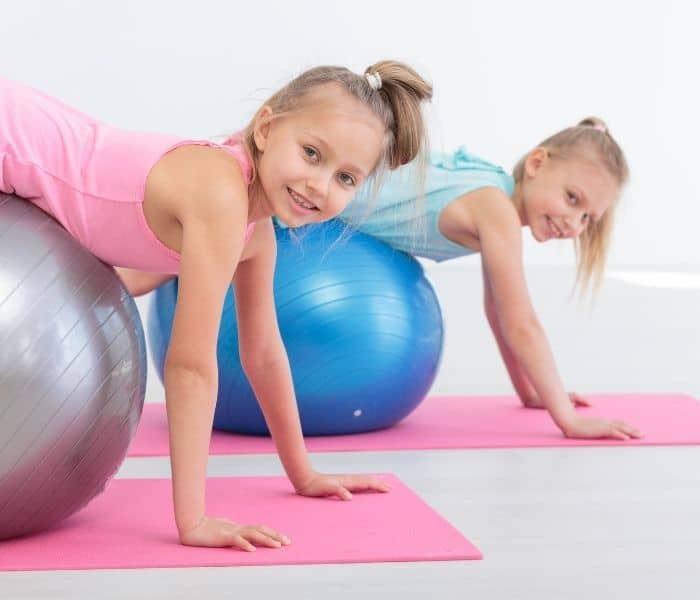 Cha mẹ nên luyện tập thể dục cùng con bằng cách đi bộ, chạy bộ, đạp xe dể giải tỏa căng thằng