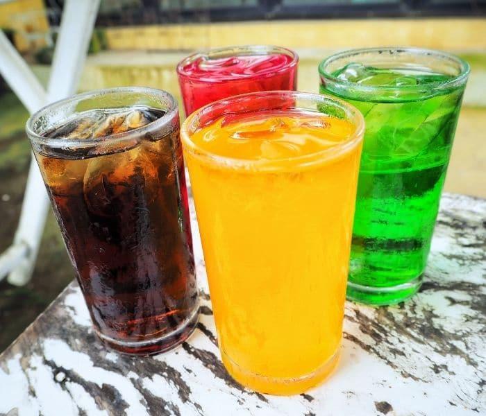Tiêu thụ nhiều đồ uống có gas, nước ngọt gây kích thích tăng tiết nước tiểu khiến trẻ đi tiểu nhiều