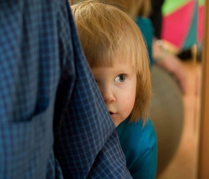 Trẻ có thể cảm thấy xấu hổ, lo lắng hoặc tự ti ảnh hưởng tới tâm lý