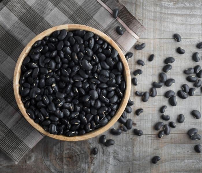 Đỗ đen kết hợp với dạ dày heo kết có tác dụng bổ tỳ thận, dưỡng âm, chữa đái dầm ở trẻ em