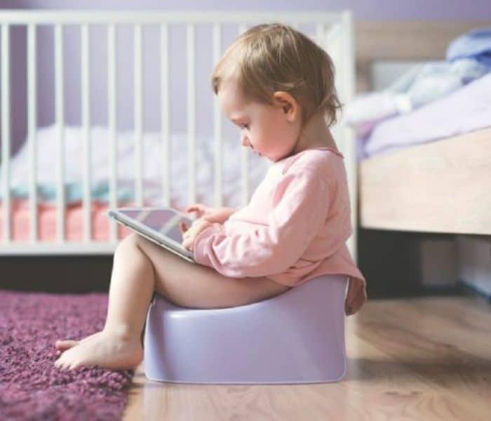 Trẻ sơ sinh đến 6 tháng đi tiểu nhiều vì thức ăn chính là sữa mẹ, trẻ 9 tháng đi tiểu 12-16 lần là bình thường