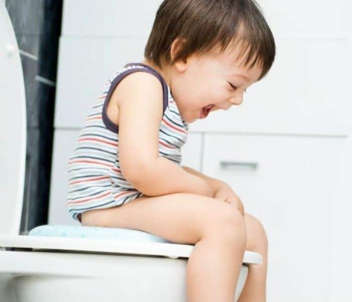 Táo bón lâu ngày gây chèn ép lên bàng quang khiến trẻ đi tiểu tiểu nhiều lần trong ngày, thường xuyên buồn tiểu