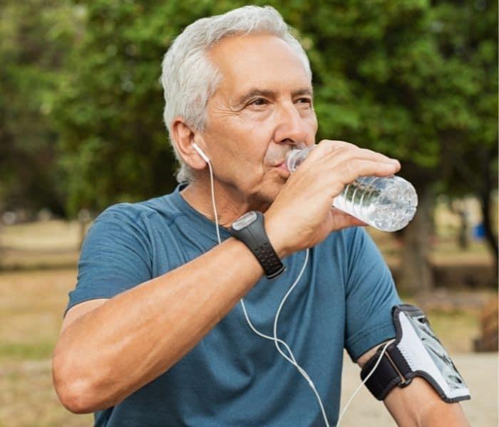 Uống đủ 2  lít nước, tập thể dục điều độ, ăn nhiều chất xơ để hạn chể bí tiểu