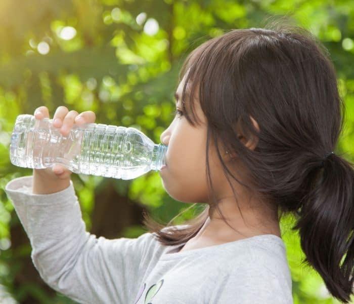 Uống đủ nước, ăn trái cây, rau xanh để giảm chứng bí tiểu