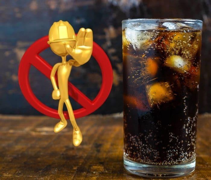 Không cho trẻ uống nước có ga, trà, cafe, tập đi tiểu đúng giờ để cải thiện đái dầm