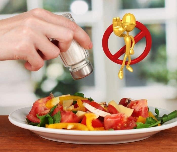 Hạn chế đồ ăn mặn, thực phẩm chế biến sẵn trong chế độ ăn của trẻ