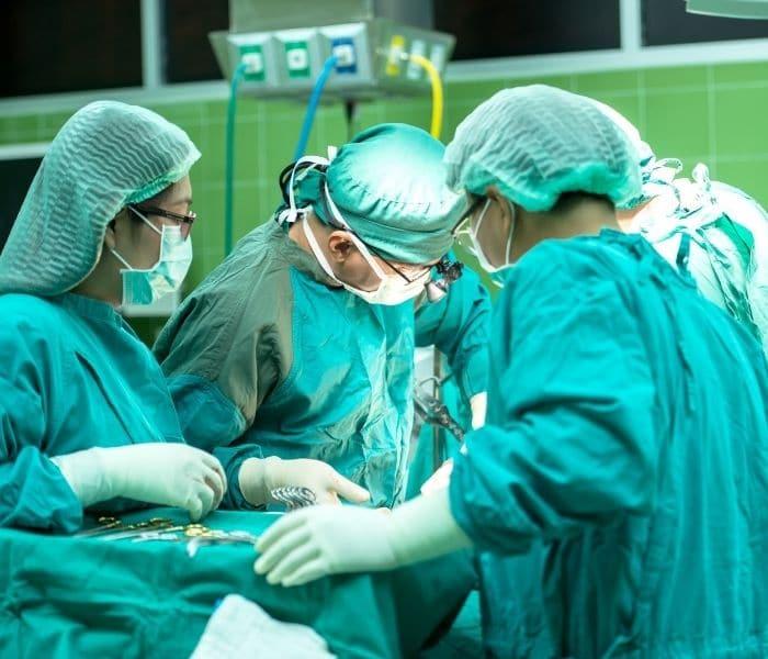 Nếu tiểu són do u xơ, sỏi, tắc nghẽn hoặc niệu đạo bị thu hẹp thì bạn có thể được chỉ định phẫu thuật để loại bỏ tắc nghẽn